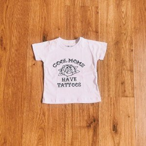 "CAMISETA INFANTIL ""COOL MOMS HAVE TATTOOS"" BRANCA"