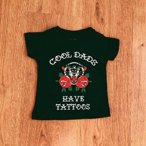 "CAMISETA INFANTIL ""COOL DADS HAVE TATTOOS"" PRETA"