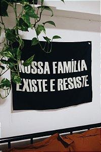 """BANDEIRA """"NOSSA FAMÍLIA EXISTE E RESISTE"""""""