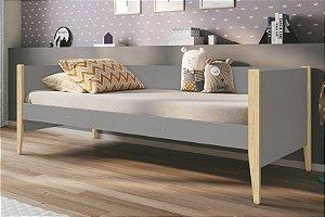 Cama Noah Cinza com pés em madeira natural - Reller