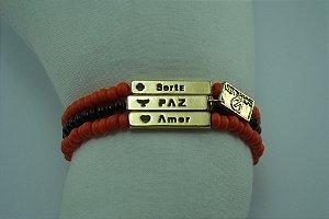 Pulseira em Miçangões Importados cor Coral e Metal Banho em Ouro Anti Alérgico com Texto: PAZ SORTE AMOR