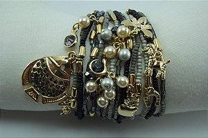 Pulseira de Miçangas Importadas e Vidrilhos Cinza Escuro e Claro com Metal Banho em Ouro AntiAlérgico e Cristais Swarovski Cinza Pingentes em Perola e Medalhas