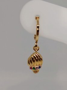 Brinco de argolinha click com concha folheado em ouro 18k