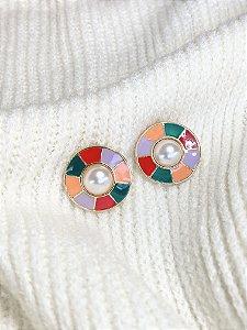 Brinco botão esmaltado color detalhe pérola
