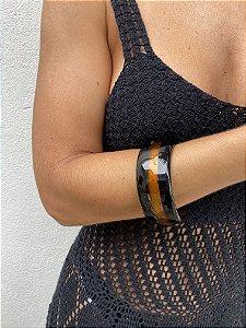 Bracelete resina preto com detalhe camel