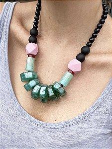 Colar resina verde bolas pretas detalhe madeira rosa