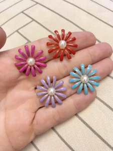 Brinco flor esmaltada pérola no centro