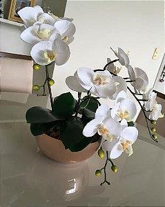 Arranjo de Orquídeas de Silicone Brancas em Vaso de Virdro cromado Rosé Gold