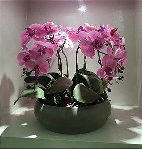 Arranjo de 4 Orquídeas de Silicone rosa com Vaso Bacia de Cerâmica na cor cinza