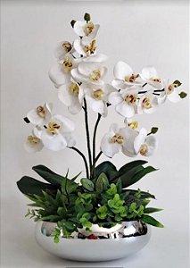 Arranjo de Orquídeas Brancas de silicone mais folhagens de Eucalipto e Vaso de Vidro Cromado na Cor Prata