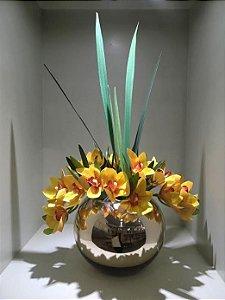 Arranjo de Orquídeas Artificiais Amarelas + Folhagens  e Vaso Aquário de Vidro Cromado Dourado