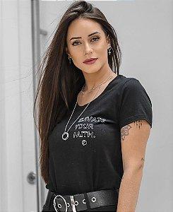 "Lorena Guimarães usa ""Elevate Your Faith"""
