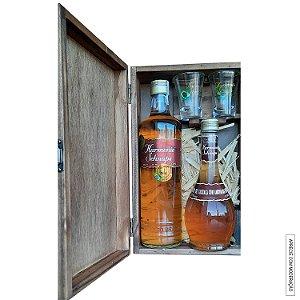 Kit Presente Cachaça Envelhecida e Licor de Fino Harmonie Schnaps em Estojo de Madeira com 2 Copos