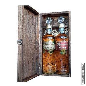 Kit Presente 2 Cachaças Envelhecidas (Amburana e Blend 4 Madeiras) 700ml cada em Estojo de Madeira com 2 Copos