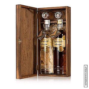 Kit Presente 1 Cachaça Envelhecida Amburana e 1 Linha Prata 700 ml cada em Estojo de Madeira com 2 Copos