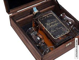 Kit Presente 1 Cachaça Extra Premium 10 anos 750ml em Estojo de Madeira com 2 Taças de cristal