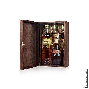 Kit Presente 1 Cachaça Envelhecida e 1 Licor Harmonie Schnaps em Estojo de Madeira com 2 Copos