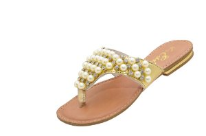 Sandália com cabedal bordado com pérolas e strass