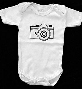 Body P branco de manga curta com estampa máquina fotográfica