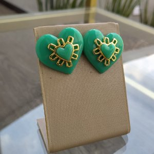 Brinco Dourado Coração em Resina Verde