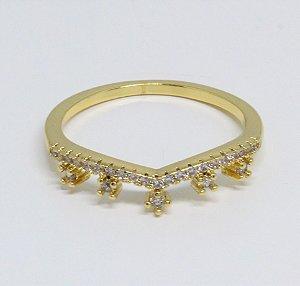 Anel com zircônias cristais em formado de coroa