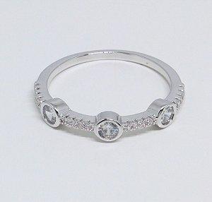 Anel de zircônias cristais com três pontos de luz grandes