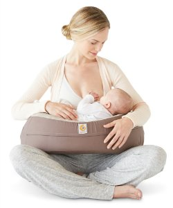 Nursing Pillow - Almofada de Amamentação com Curva Natural para mais Conforto e Suporte para o Bebê  - Ergobaby