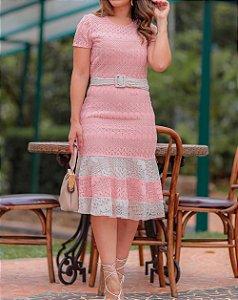 Vestido Midi de Cor Rosa em Renda Tricô com Cinto na Cor Branco