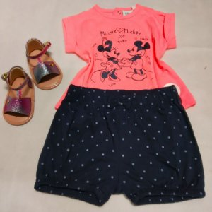 Conjunto Disney Camiseta + Shorts menina - 06 meses  (avaria: shorts pequeno furo)