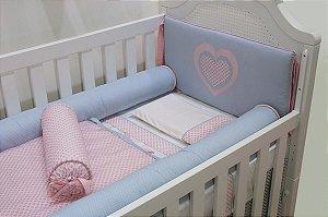 Kit Berço - Cabeceira cinza  bordado rosa coração cinza com rolo