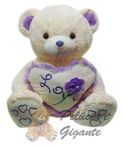 Urso gigante com um lindo coração e uma flor