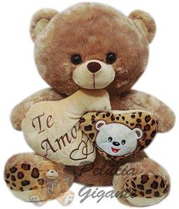 Urso grande marrom com coração duplo.