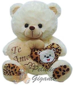 Urso grande creme com coração duplo.