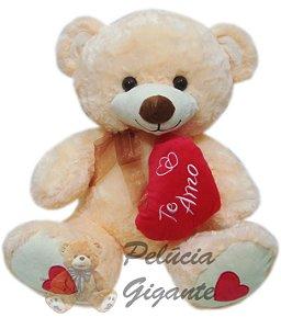 Urso creme grande com um lindo coração escrito te amo.