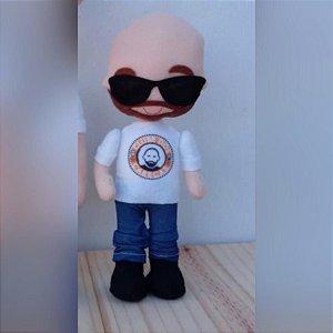 Boneco mascote do Clube dos Carecas Yul com barba e óculos escuros