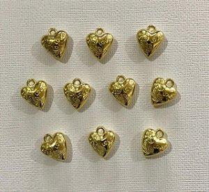 Kit com 10 pingentes de coração dourado em metal