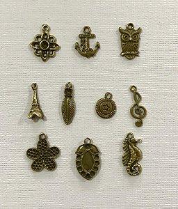 Kit com 10 pingentes de metal ouro velho sortidos