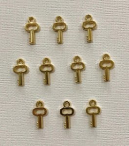 Kit com 10 pingentes mini chaves douradas de metal