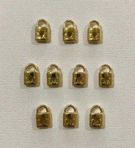 Kit com 10 pingentes de cadeado dourado de metal