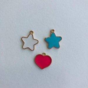 Kit c/ 03 pingentes em metal dourado- estrelas e coração