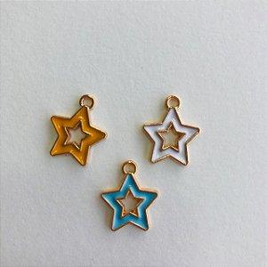 03 pingentes em metal dourado- estrelas vazadas