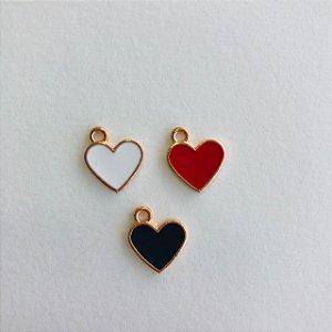 03 pingentes em metal dourado- corações pequenos