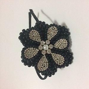 Tiara de Metal Flor Dupla de Pérolas Negra e Strass