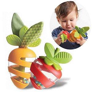 Brinquedo Chocalho Mordedor Bebê Infantil Frutas Crowers Carrot e Strawberry Meadow Days Tiny Love