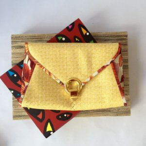 Bolsa feminina de palha amarela com friso estampa