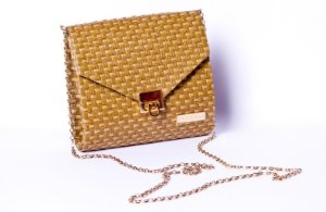 Bolsa dourada corrente quadrada