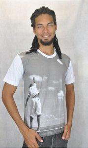 Camiseta Básica Garoto Empinando Pipa