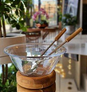 Saladeira com talheres e base em madeira