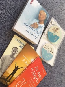 Kit com 4 livros de meditação, 2 CDs, 1 DVD, apostila e incenso