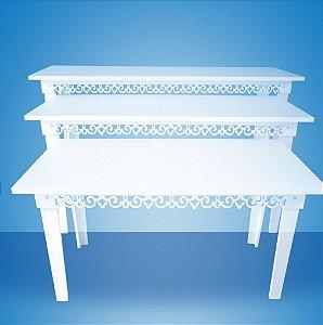Kit de 3 mesas com bordas decoradas.